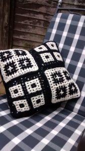 Reversible crochet cushion 004